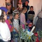 מבקרים ומזדהים  בביתו של בועז אלברט
