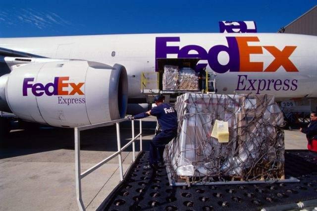 """סחורה ליד מטוס של פדקס. צילום: יח""""צ"""