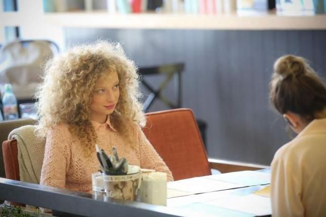 השחקנית והדוגמנית  יוליה פלוטקין מתפנקת  בסגנון ירושלמי