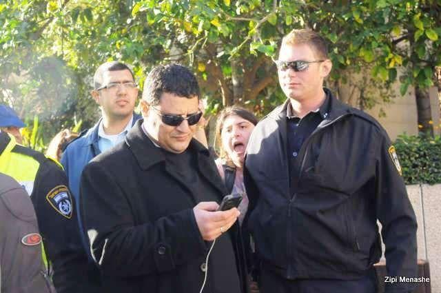 הגיע לשטח לצפות בפינוי - נציג משפחת כוזהינוף מאובטח על ידי משטרה (צילום: ציפי מנשה מגפון ניוז)