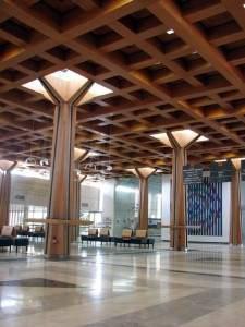 חלל הכניסה המרכזי במגדל האישפוז המרכזי של בית החולים הממשלתי שיבא בתל השומר. צילום: ויקיפדיה