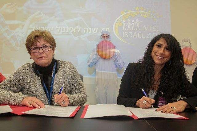 זיוה איגר ומקסין פקסברג חותמות על הסכם רכישות גומלין. משמעות ההסכם הינה הוספת אלפי מקומות תעסוקה. צילום: ישראל סאן