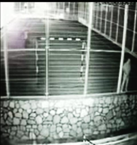 אלמונים במגרש אחרי 23:00. אחד בועט בכדור והשני משתין לחצריו של רחום (צילום: הרצל רחום)