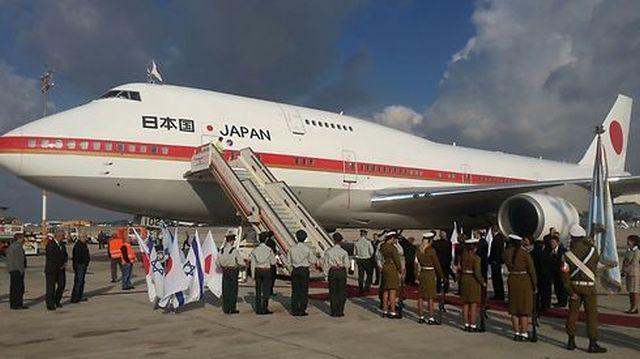 """מטוסו של ראש הממשלה היפני לאחר נחיתתו ההיסטורית בנתב""""ג. צילום רשות שדות התעופה"""