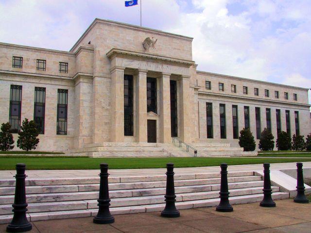 """בניין הבנק הפדרלי בוושינגטון. הכלים שעומדים בפני הבנק המרכזי כדי להבטיח את המשימה הם בעיקר: השארת ריבית החוב נמוכה לאורך זמן והארכת המח""""מ"""