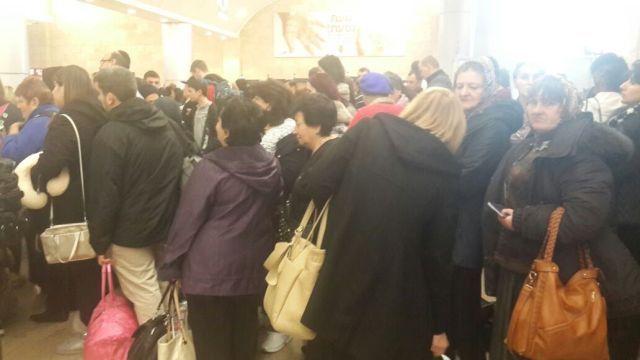 """צפיפות של נוסעים מול דלפקי ביקורות הדרכונים. צילום: רש""""ת"""