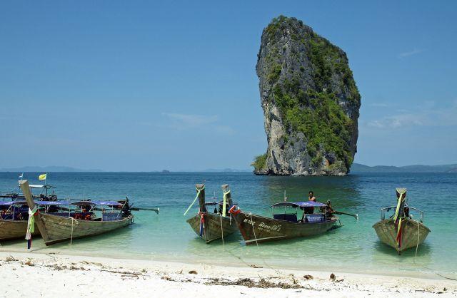 נוף תאילנדי של מים כחולים, צוקים המזדקרים מהים וסירות תאילנדיות אופייניות. צילום יח:צ
