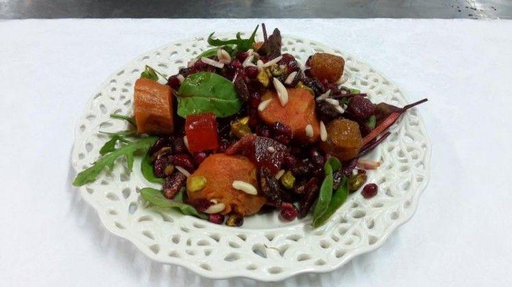 סלט בטטה אפויה בגריל עם גרגרי רימונים עלי בייבי, אגוזי פקאן, פיסטוקים, פירות יבשים,