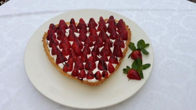 טארט תותים עם שמנת ושוקולד