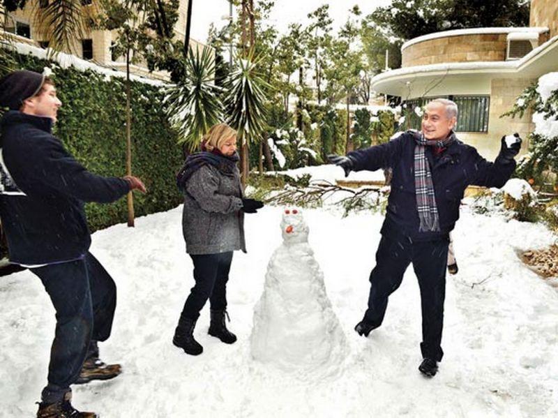 """נהנתנות ובזבוזי עתק. נתניהו משתעשע עם רעייתו ובנו בשלג 2013 (צילום: יח""""צ)"""