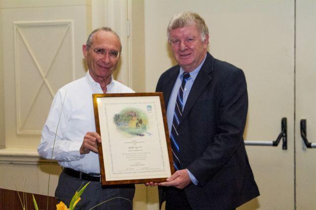 אלי גונן, נשיא התאחדות המלונות, מעניק את תעודת ההוקרה לעוזי לנדאו שר התיירות היוצא
