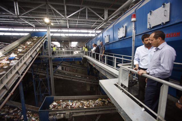 ברקת מקבל הסברים על הליכי מיון הפסולת במפעל. צילום: פלאש 90