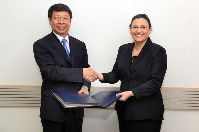 החשבת הכללית מיכל עבאדי בויאנג'ו וסגן שר החוץ הסיני יאובין שי בטקס החתימה על הרחבת הפרוטוקול הפיננסי