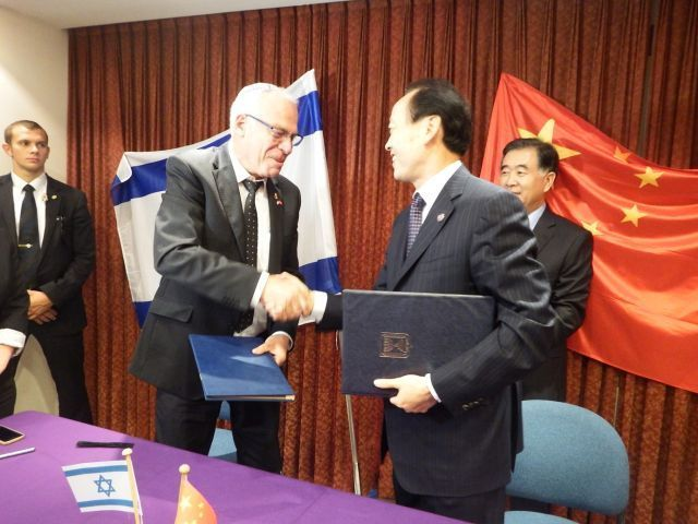שר החקלאות ופיתוח הכפר, אורי אריאל וסגן שר החקלאות הסיני יו שינרונג לאחר החתימה על הסכם שיתוף הפעולה. צילום: נעמה רוזנברג
