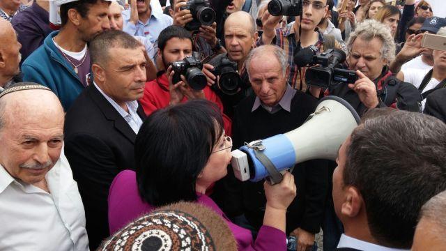"""ח""""כ טלי פלוסקוב נואמת בהפגנה. מאחורי ח""""כ ניסן סלומינסקי"""