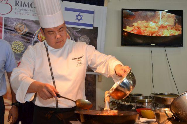 השף זיאנפינג מא מפגין את יכולתיו בסדנת מכללת רימונים. צילום: וידאו ברק