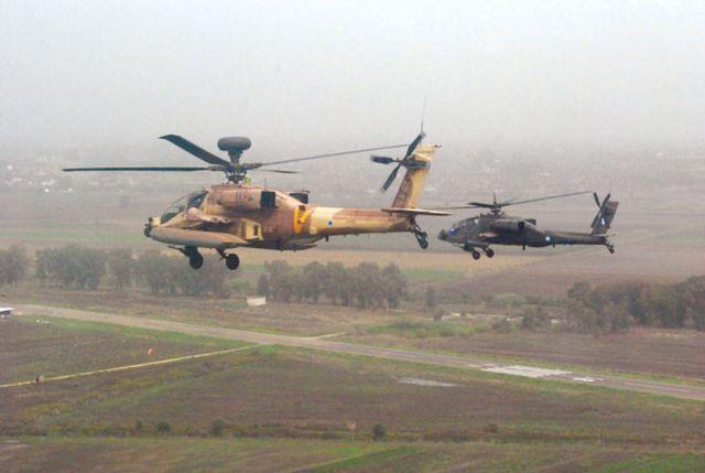 מסוקי אפאצ'י מימין יווני, משמאל ישראלי, באימון משותף. צילום: אתר חיל האוויר