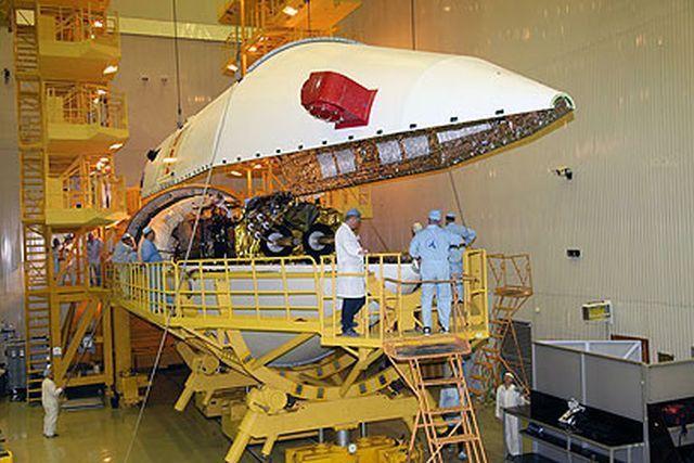 עמוס 5 בעת התקנתו בטיל השיגור