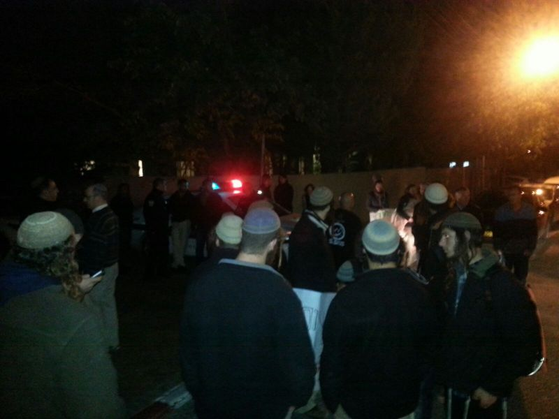 """ההפגנה מול ביתו של השופט נוריאלי עינויים במרתפי השב""""כ / צילום : שמוליק פיקסמן"""