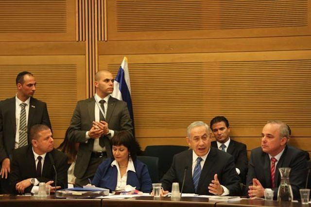 """הדיון במתווה הגז בעיצומו, משמאל יו""""ר ועדת הכלכלה ח""""כ איתן כבל. צילום: דוברות הכנסת"""