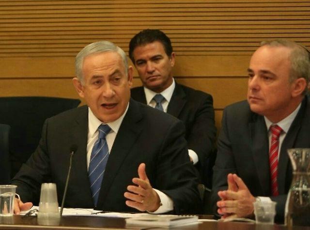 ראש הממשלה בנימין נתניהו בדיון היום בוועדת הכלכלה. לידו שר האנרגיה יובל שטיייניץ ומאחור ראש המוסד יוסבי כהן