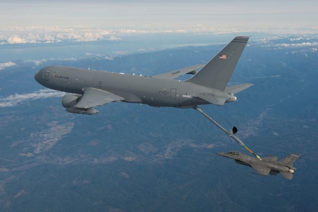 מטוס התדלוק החדש KC-46A פגסוס מתדלק את מטוס הקרב F-16. צילום: בואינג