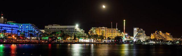 קו החוף של העיר אילת בלילה. צילום: ויקיפדיה מעלה היצירה