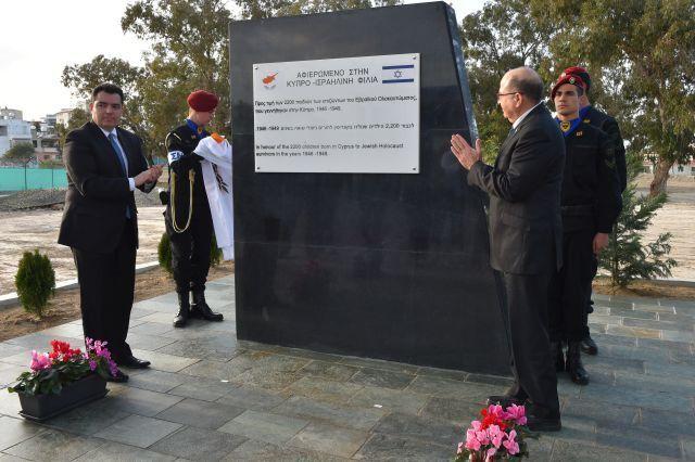 שני השרים ליד יד הזיכרון לזכר ניצולי השואה שהועברו למקום. צילום אריאל חרמוני/משרד הביטחון