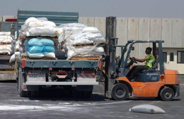 """העברת סחורות במעבר ארז. צילום: דובר צה""""ל"""