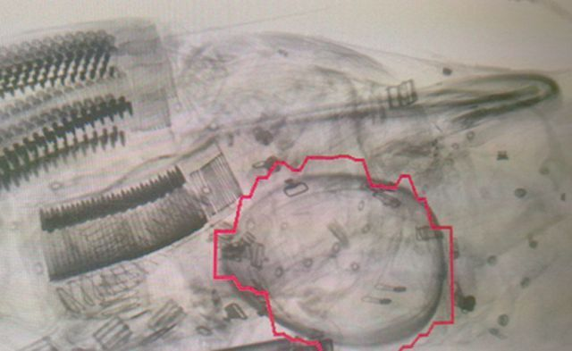 אמצעי הלחימה שתגלו בשיקוף של מאבטחי הביטחון בשדה דב. צילום: רשות שדות התעופה