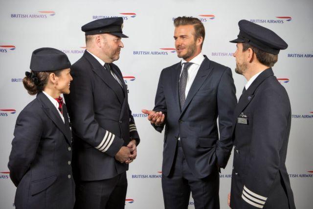 דייוויד בקהאם בשיחה עם טייסים ודיילים של בריטיש איירוויס. צילום: בריטיש איירווייס