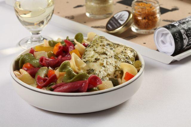 פילה לברק ברוטב ירקות סיציליאני ופסטה צבעונית. צילום: אסף אמברם
