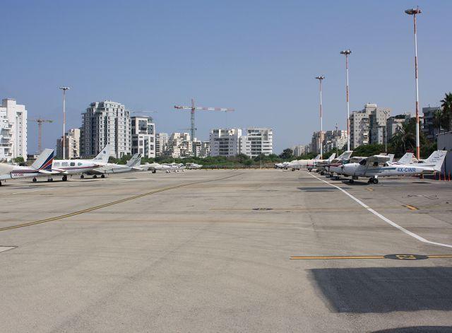 חניית מטוסים בשדה דב. צילום: מוטי שווימר