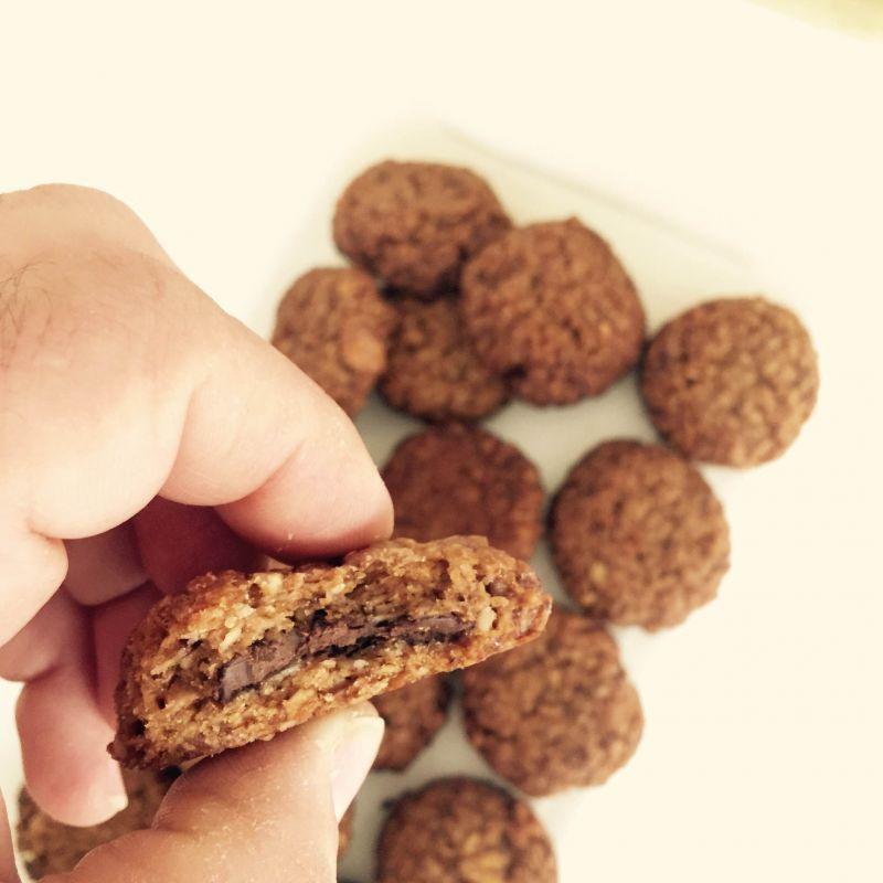 טבעוני - עוגיות גרנולה במילוי שוקולד