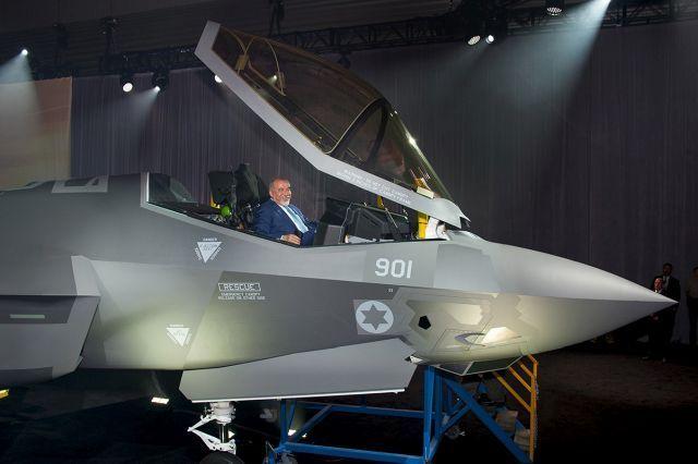שר הביטחון אביגדור ליברמן בתא הטייס של מטוס הקרב F-35 אדיר. צילום: בת' סטיל, לוקהיד מרטין