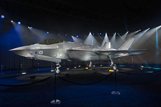 מבט מהצד לעבר מטוס הקרב F-35 בטקס הגלילה. צילום: בת' סטיל, לוקהיד מרטין