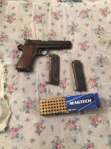 """אמל""""ח בחברון -נמצאו אקדח ותחמושת אשר הועברו לידי כוהב""""ט. (צילום דובר צה״ל. )"""