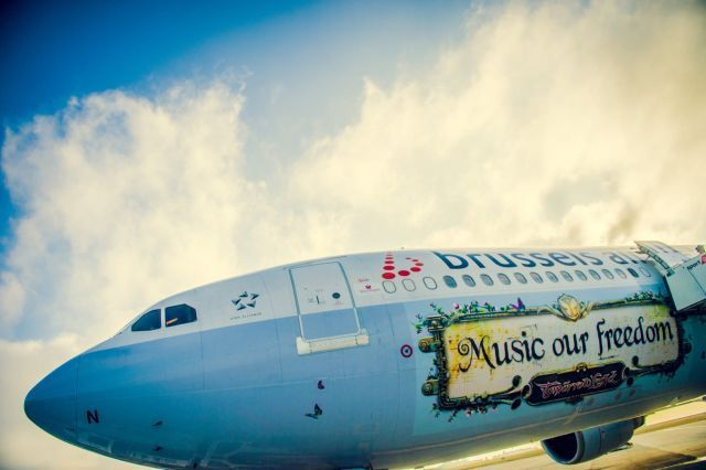 """מטוס של בריסל איירליינס עם לוגו של פסטיבל """"טומורולנד"""" . צילום יח""""צ"""