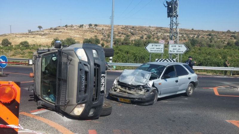 """חשד לפיגוע -הפיכת רכב צבאי ע""""י ערבי באזור נווה דניאל צילום: דוברות משטרת מחוז ש""""י"""