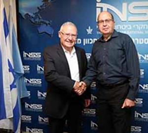 """רא""""ל (מיל') משה (בוגי) יעלון, לשעבר שר הביטחון והרמטכ""""ל, וראש המכון למחקרי ביטחון לאומי, האלוף (מיל') עמוס ידלין. צילום: חן גלילי"""