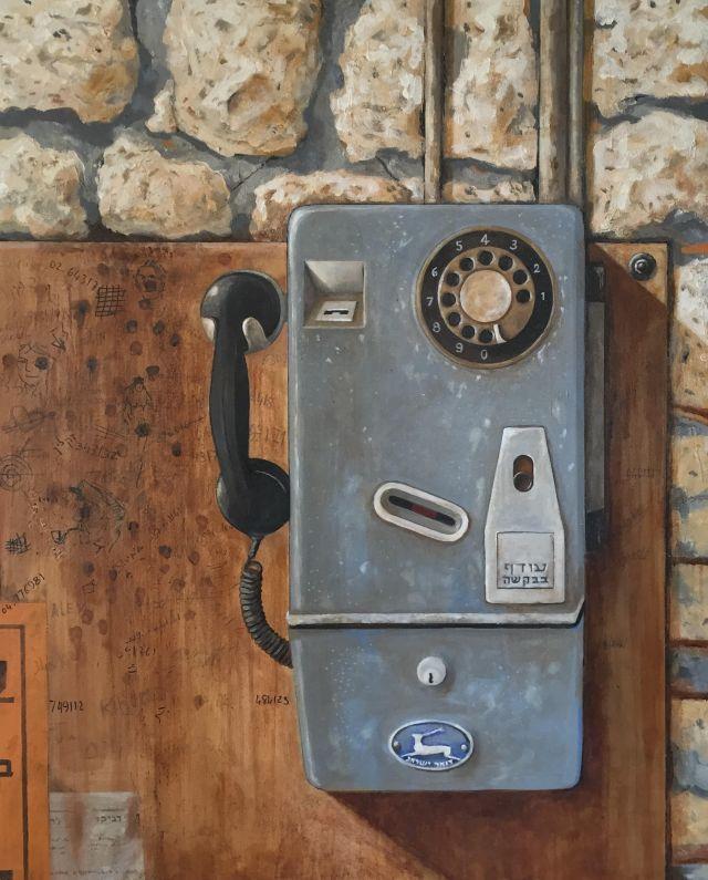 """טלפון ציבורי של פעם. ממנו שגורה האמירה """"נפל לו האסימון"""""""
