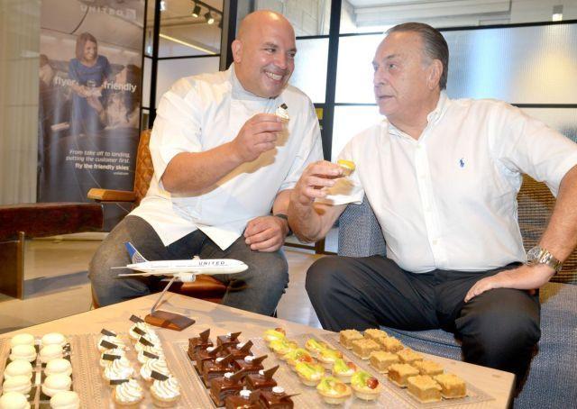 """מה מתוק יותר פאי פירות, או פאי לימון, מנסים אבי פרידמן מנכ""""ל יונייטד ישראל ומיקי שמו השף-קונדיטור הנודע. צילום: תמר מצפי"""