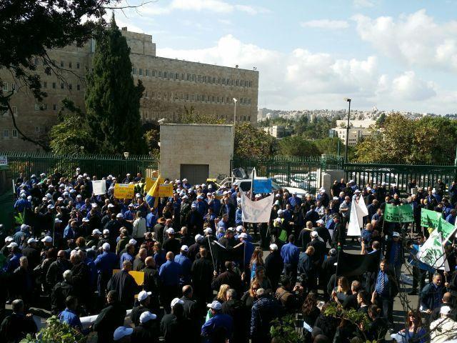 חלק מהנהגים שהפגינו היום מול משרד האוצר בירושלים. צילום: דוברות ההסתדרות