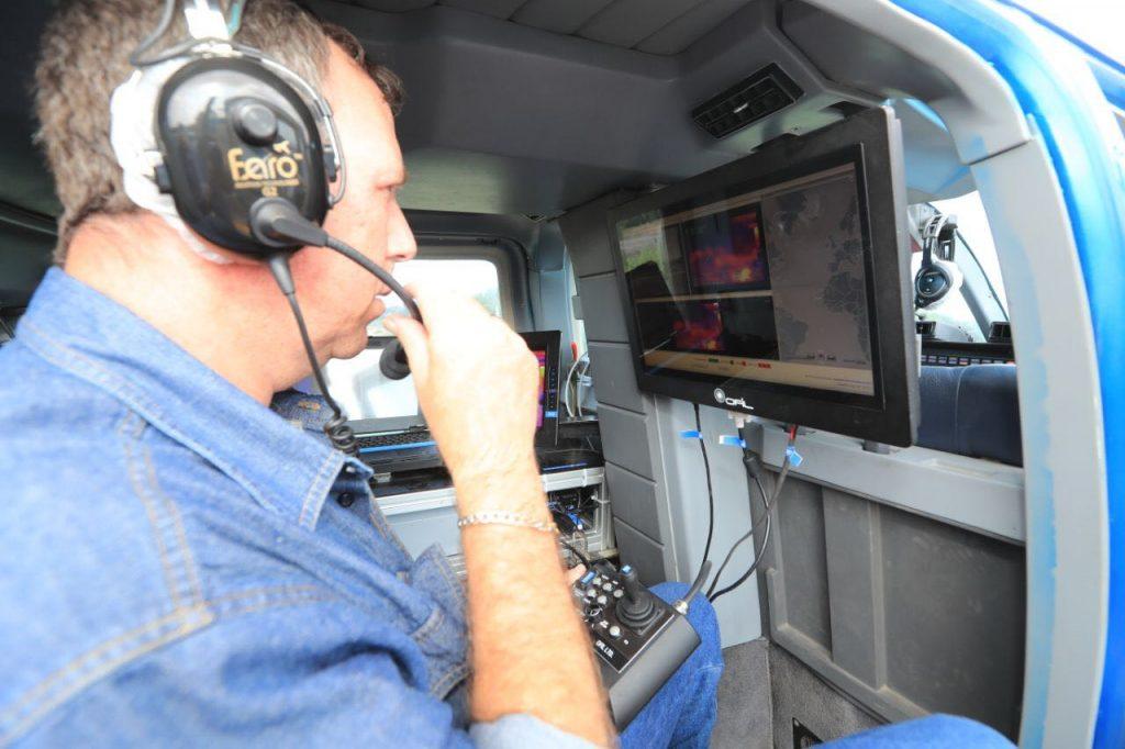 עובדי חברת החשמל במסוק מול המסכים- בודקים את צילומי הקווים והעמודים המשודרים במהלך הטיסה לסריקת הקווים בתוואי בין אזור השרון עד לאשדוד. צילום: חברת החשמל