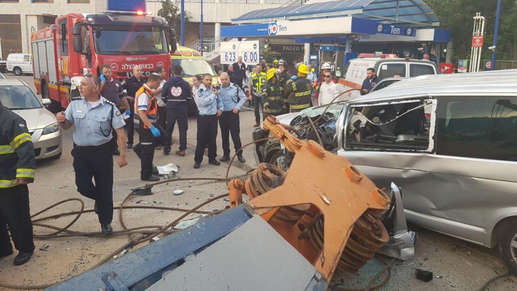 אישה בת 52 נמחצה למוות היום ברחוב התחנה בכפר סבא כשמנוף קרס על רכבה.