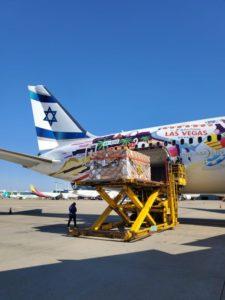 מטוס אל על עם חומרים לבדיקות קורונה בדרכו לארץ