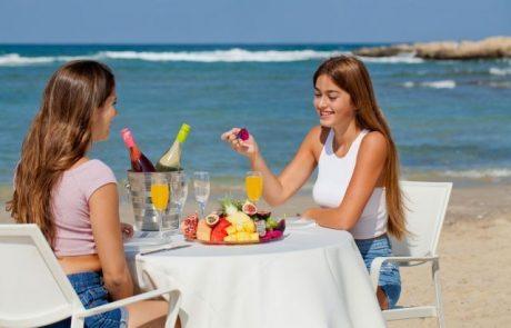 ארוחת בוקר עשירה מול הים