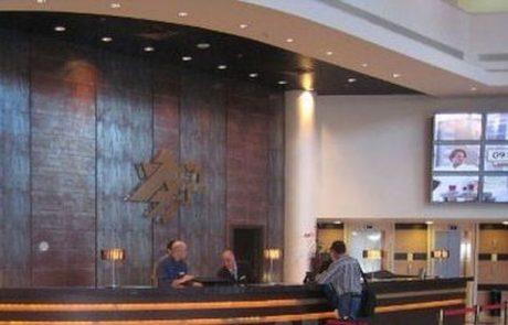 יאגו (IAGO) – לשלוח וואצאפ ומסנג'ר לפקיד הקבלה במלון