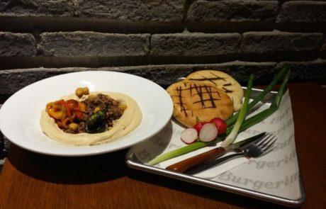 חומוס-טחינה-תערובת בשר בקר קצוץ חריף ופלפלים קלויים