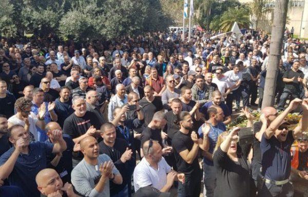 2,000 עובדי אל על מפגינים כעת מול משרדי ההנהלה